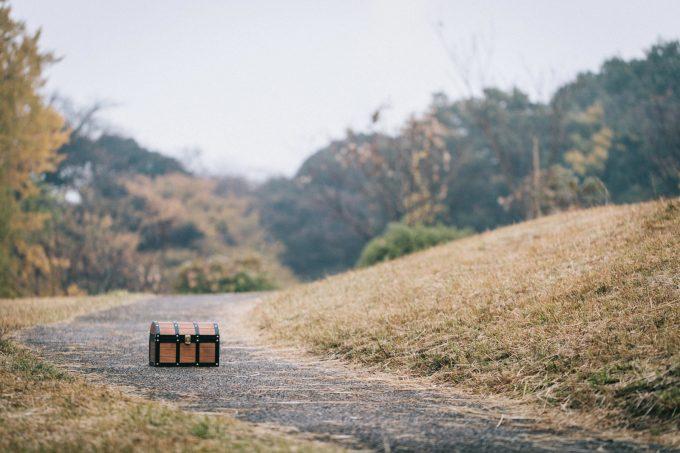 道ばたに置いてあるドラクエのような宝箱