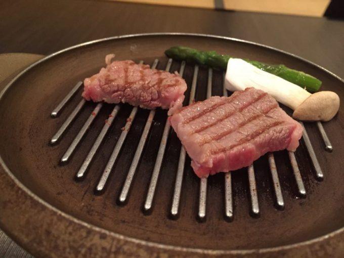 鉄板の上で焼かれている宮崎牛