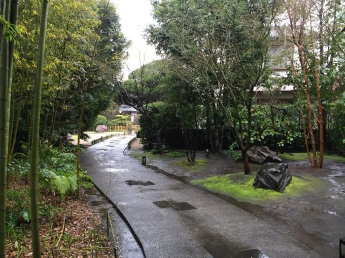 わらしべの前に続く庭園と道
