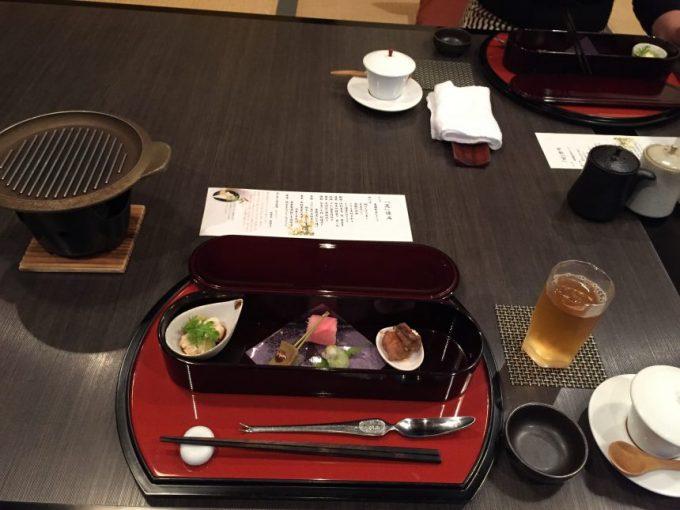 机に並べられた料理