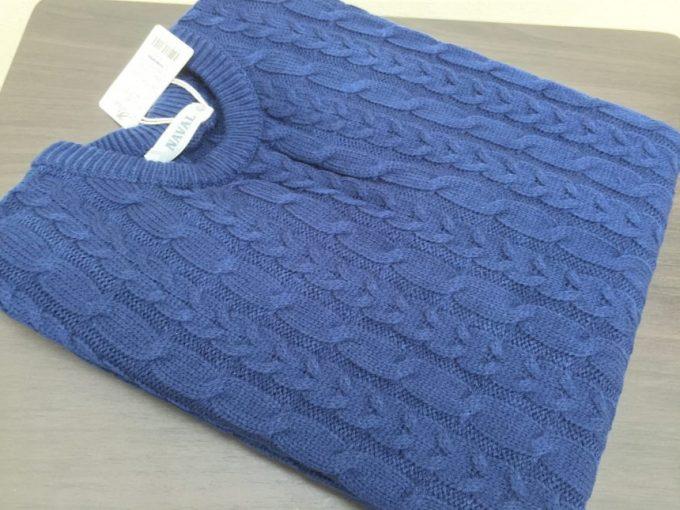 鮮やかなブルーのセーター