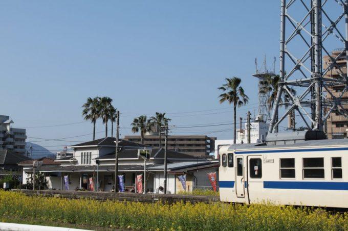 油津駅から出発する列車