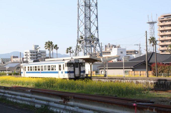 油津駅に停車する汽車