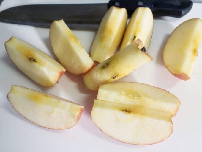 カッターで切られた状態のりんご