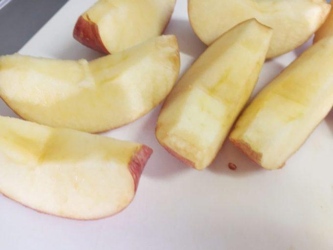 芯の部分を取り除いたりんご