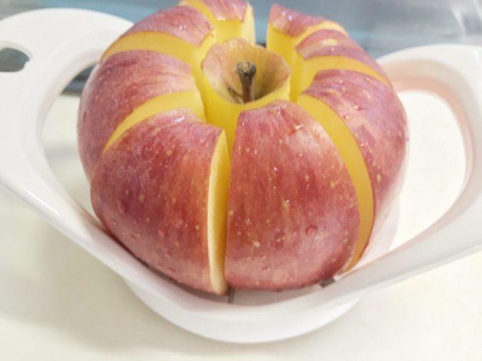 リンゴカッターが貫通したりんご