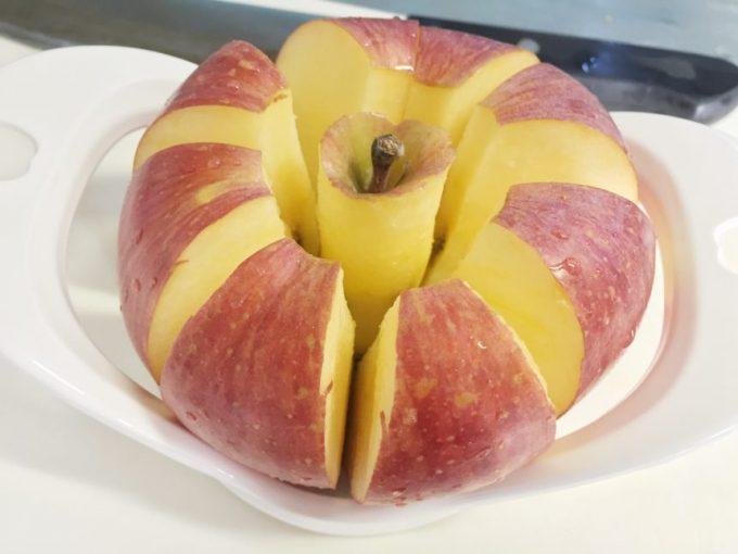 リンゴカッターで綺麗にひらいたリンゴ。