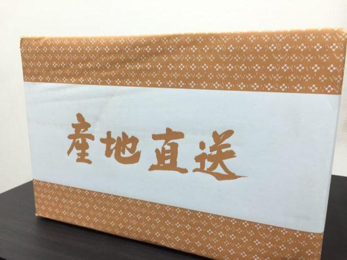 段ボールに入った玄米。箱の側面に現地直送の文字
