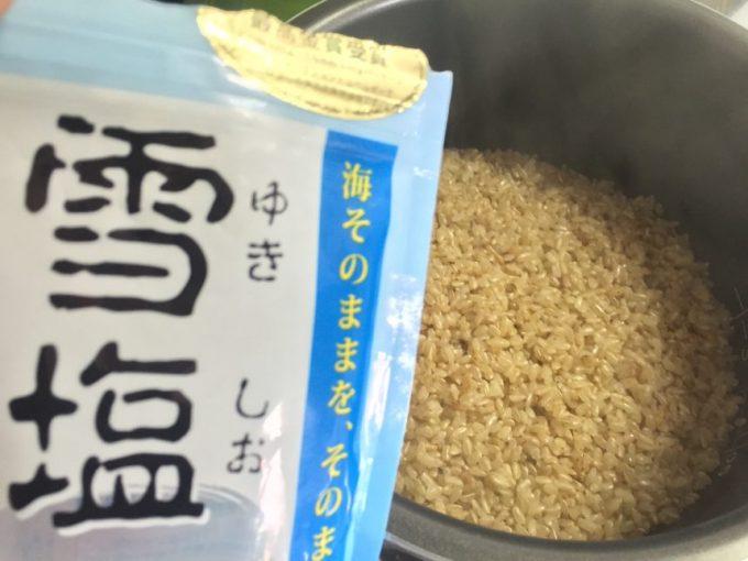 雪塩を入れる前の玄米