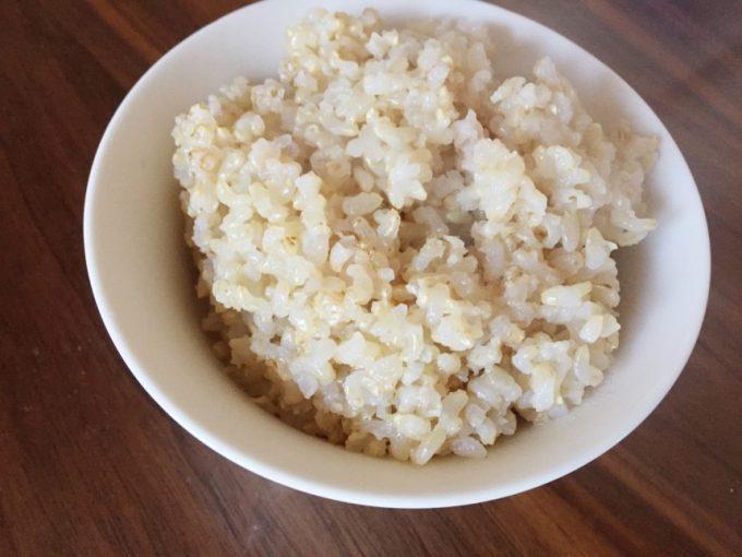 茶碗に盛った炊きたての玄米ご飯