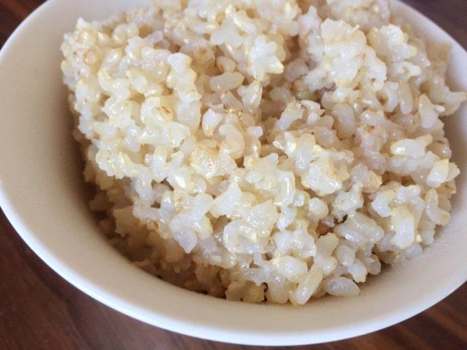 茶碗によそった玄米ご飯のアップ