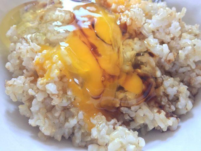 たまごを崩してしょうゆをかけた玄米ご飯