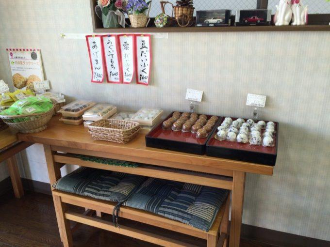 大福や饅頭が並んだテーブル