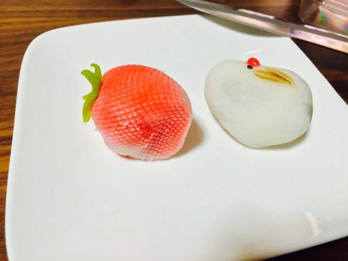 テーブルに盛り付けられたタンチョウとイチゴの和菓子