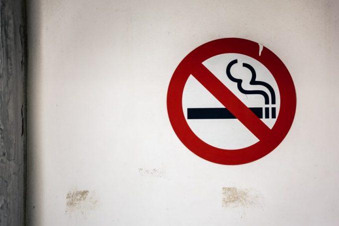 壁に描かれた禁煙マーク