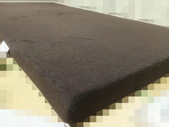 茶色いカバーがかかった低反発マットレス