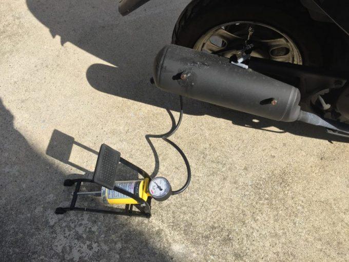 スクーターに空気をいれるフットポンプ