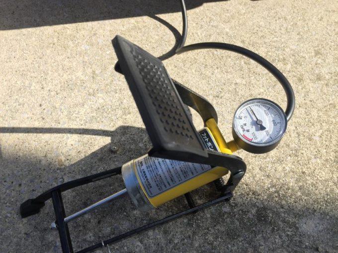 空気を入れ気圧が揚がるフットポンプのメーター