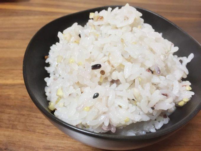 茶碗によそった三十雑穀米