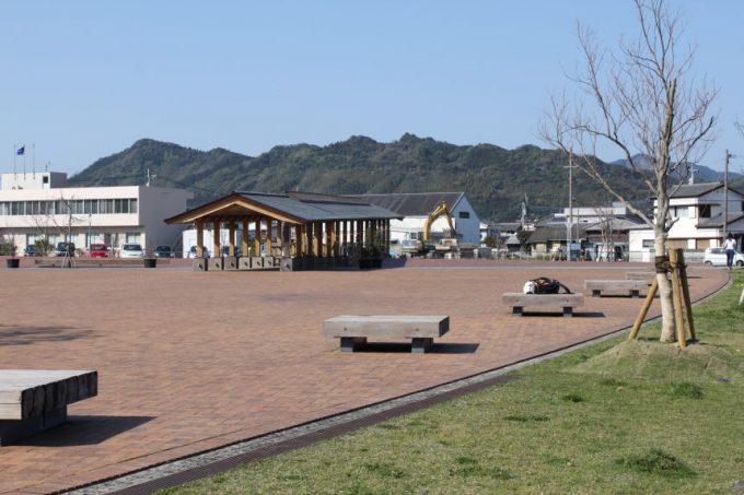 木組みで作られた夢見橋と堀川広場