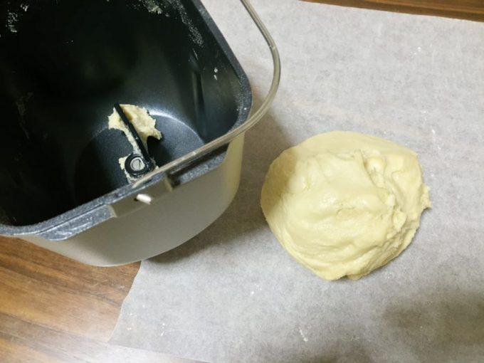 クッキングシートの上に出来上がったパン生地をのせた状態
