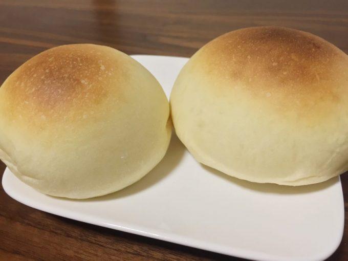 皿に並べたクリームチーズパン