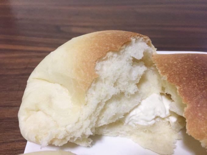 割った無添加自家製クリームチーズパン