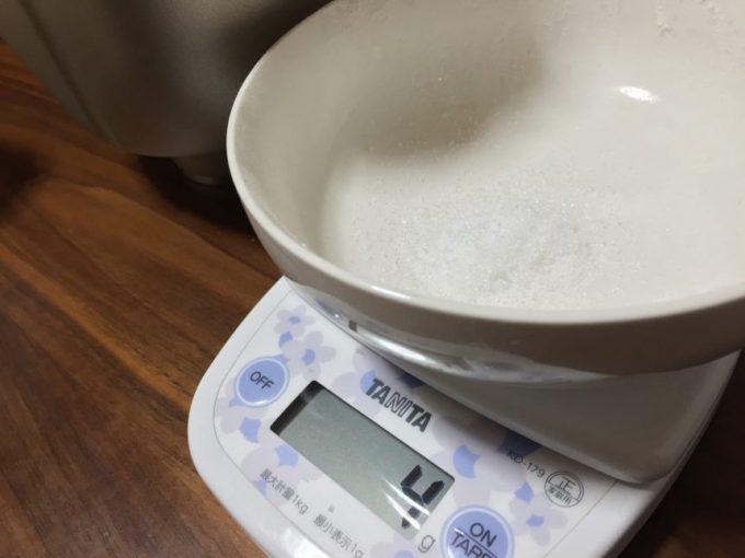 重さを量る塩