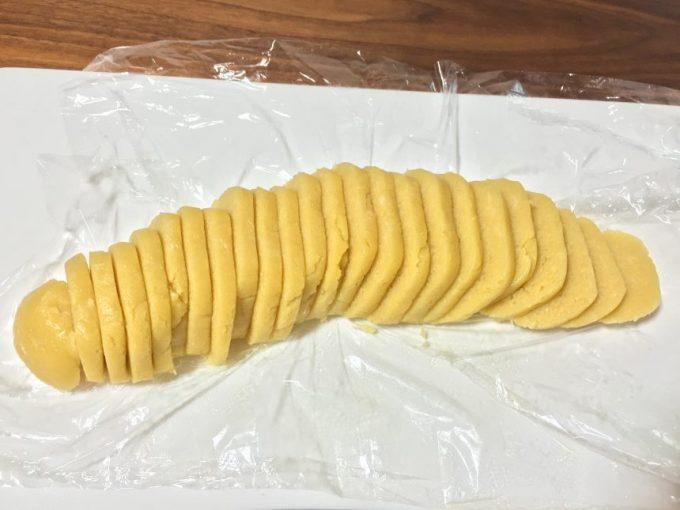 切った強力粉クッキーの生地