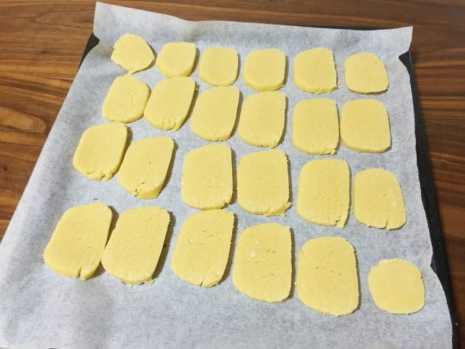 トレイに並べたクッキーの生地