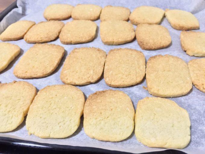 焼きあがったクッキーの生地