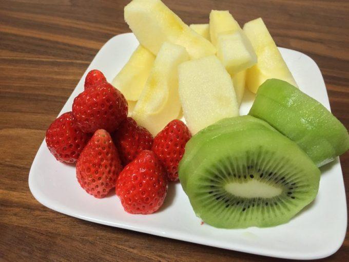 皿にのった大量のフルーツ