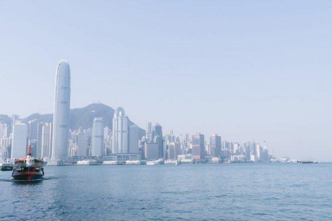 海の先に見える香港のビル群