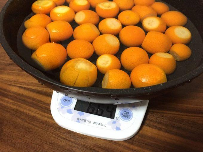 重さを量る金柑