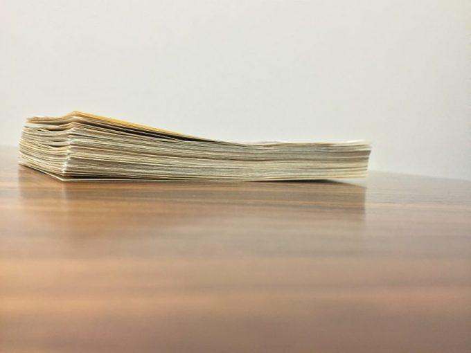 机に置いた100万円の札束