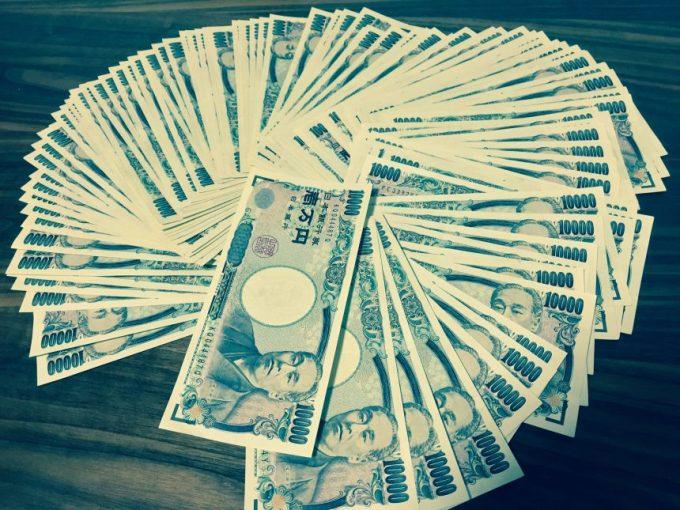 100万円を輪っか状に広げた状態(青色画像加工)