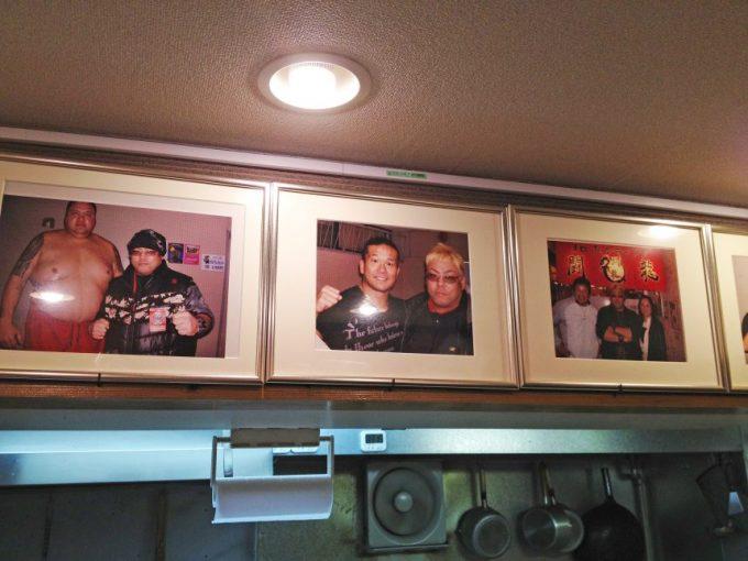 オロチョンラーメン闘竜の店内に飾られているプロレスラーとの写真