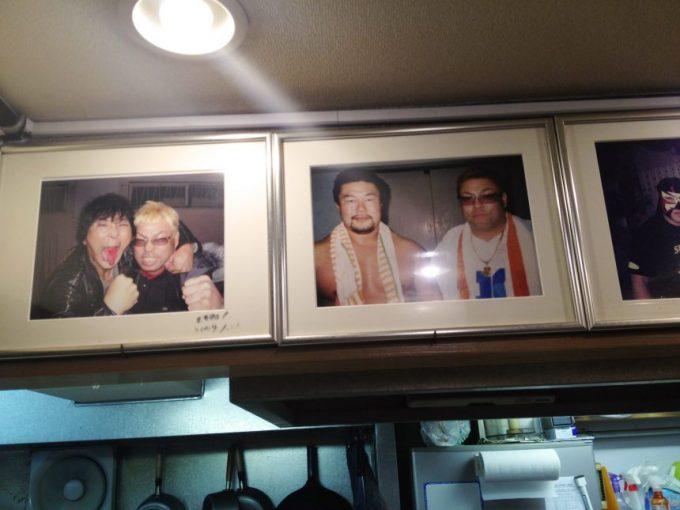 オロチョンラーメン闘竜の店内に飾られているプロレスラーとの写真(佐々木健介、大仁田厚)