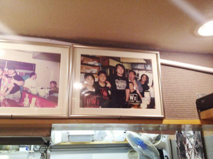 オロチョンラーメン闘竜の店内に飾られているプロレスラーとの写真(武藤敬司)