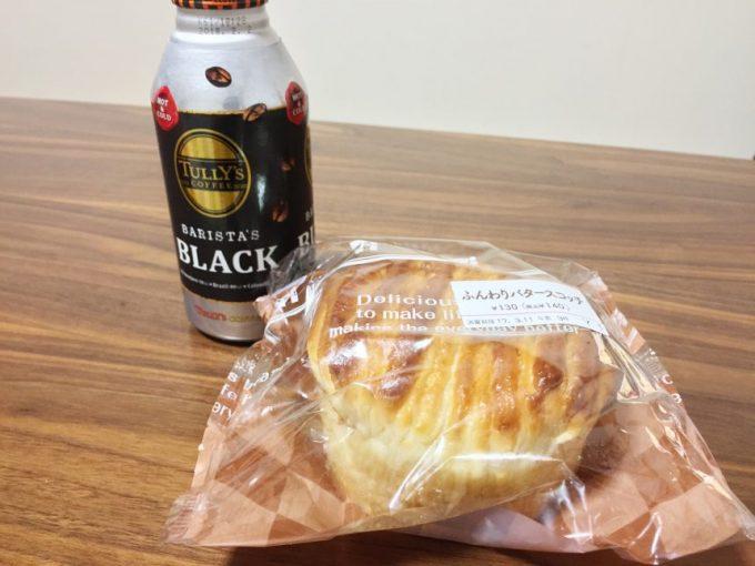 机に置かれたタリーズコーヒーとバタースコッチパン