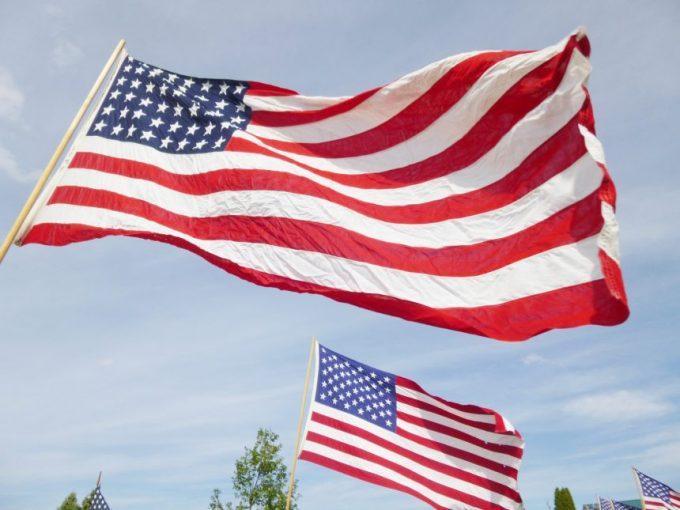 風邪になびくアメリカ国旗