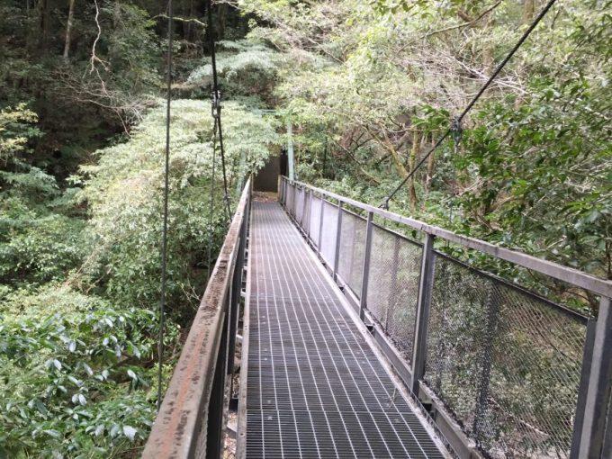 鉄で作られた頑丈な橋