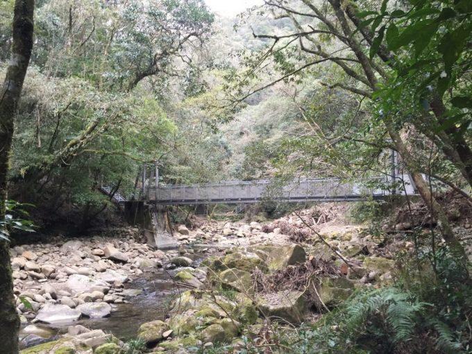 渓谷にかかる橋