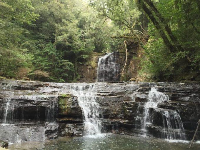 正面(近距離)から見る五重の滝