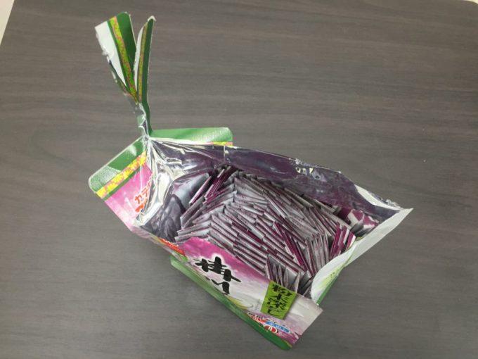 袋を開けて、小分けのパッケージが並んでいる状態