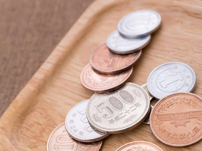 木のトレーにのった小銭