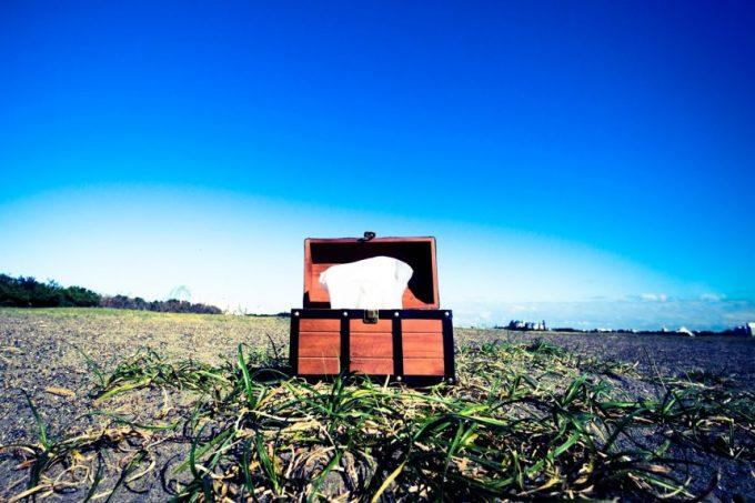「宝箱を開けたらティッシュだった」を表現した写真