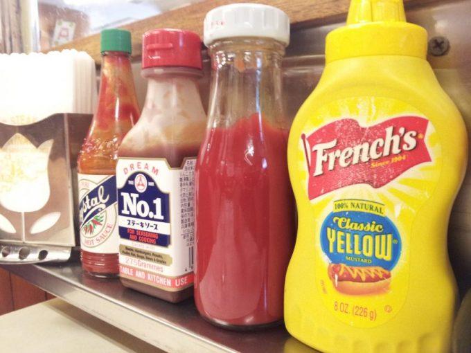 テーブル横に並ぶ調味料