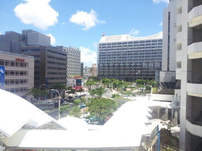 沖縄県庁を遠くから撮影