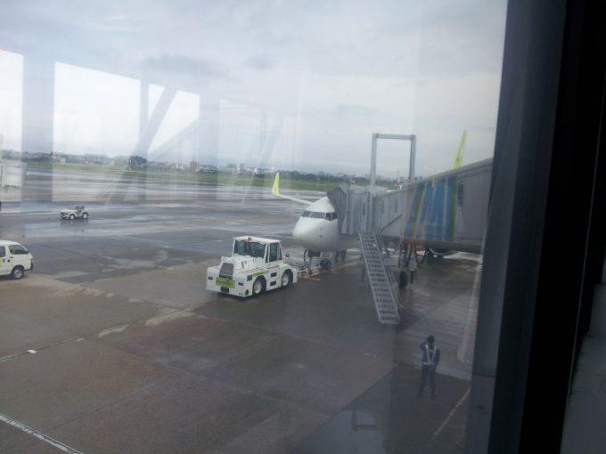 飛行機を引っ張る牽引車